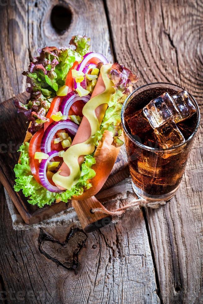 hot dog fresco con bevanda fredda foto