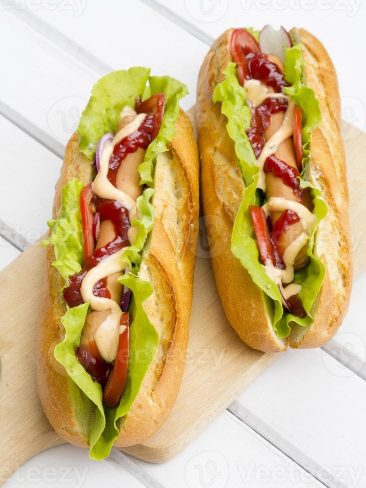 hot dog su un tavolo di legno foto