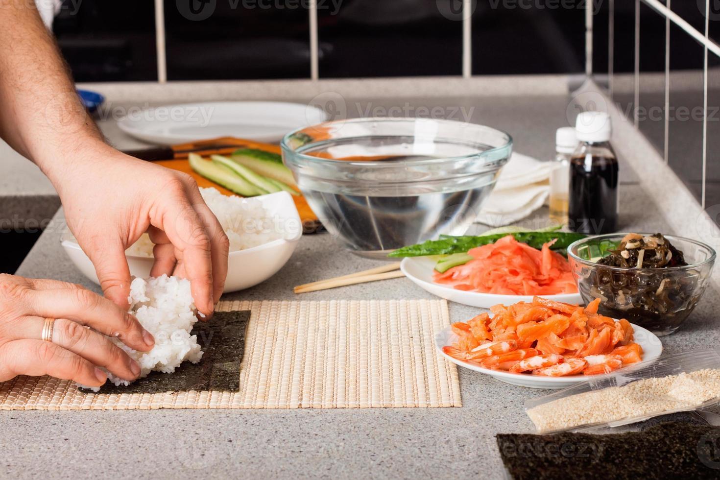 preparare il sushi foto