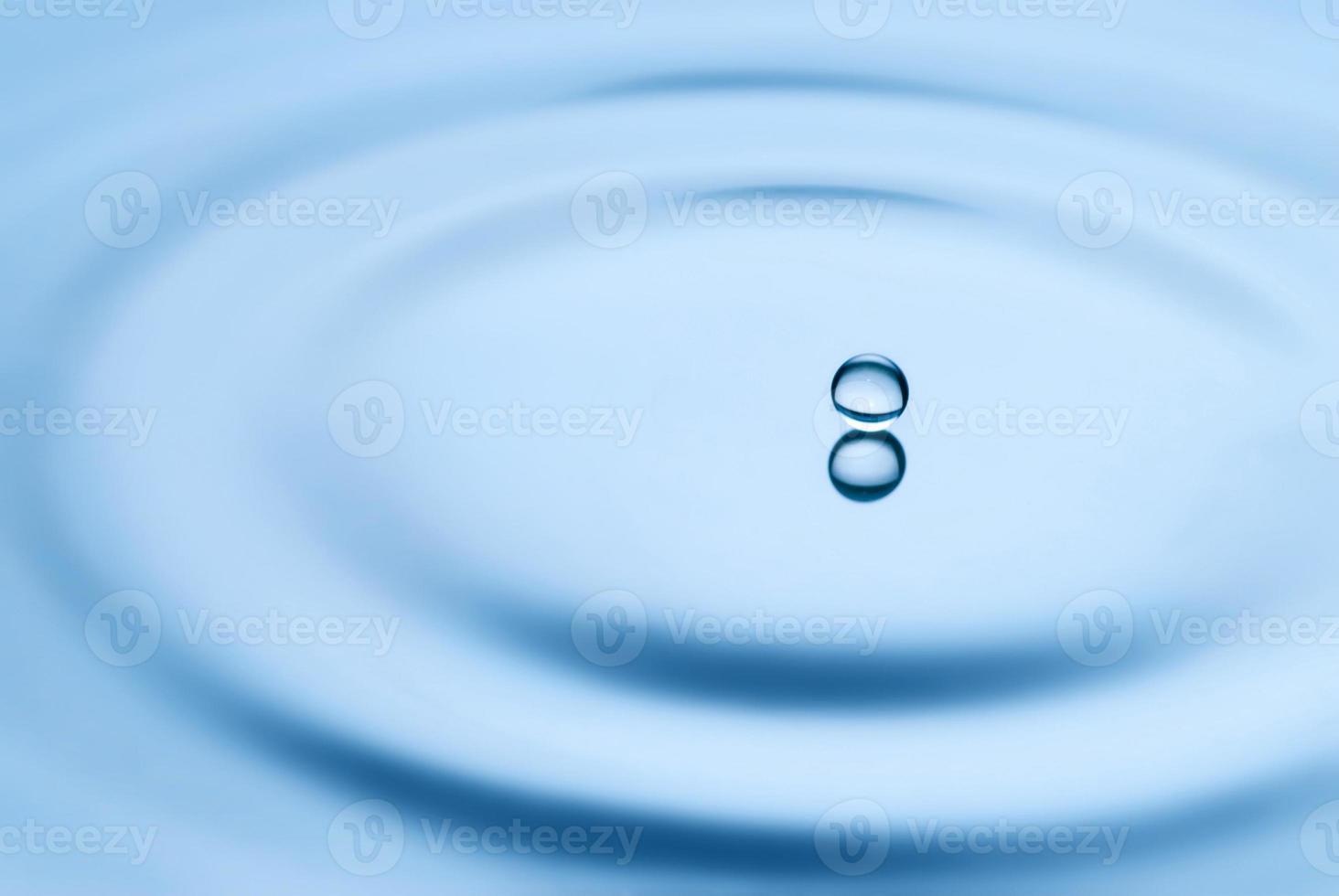 goccia d'acqua che cade nell'acqua foto