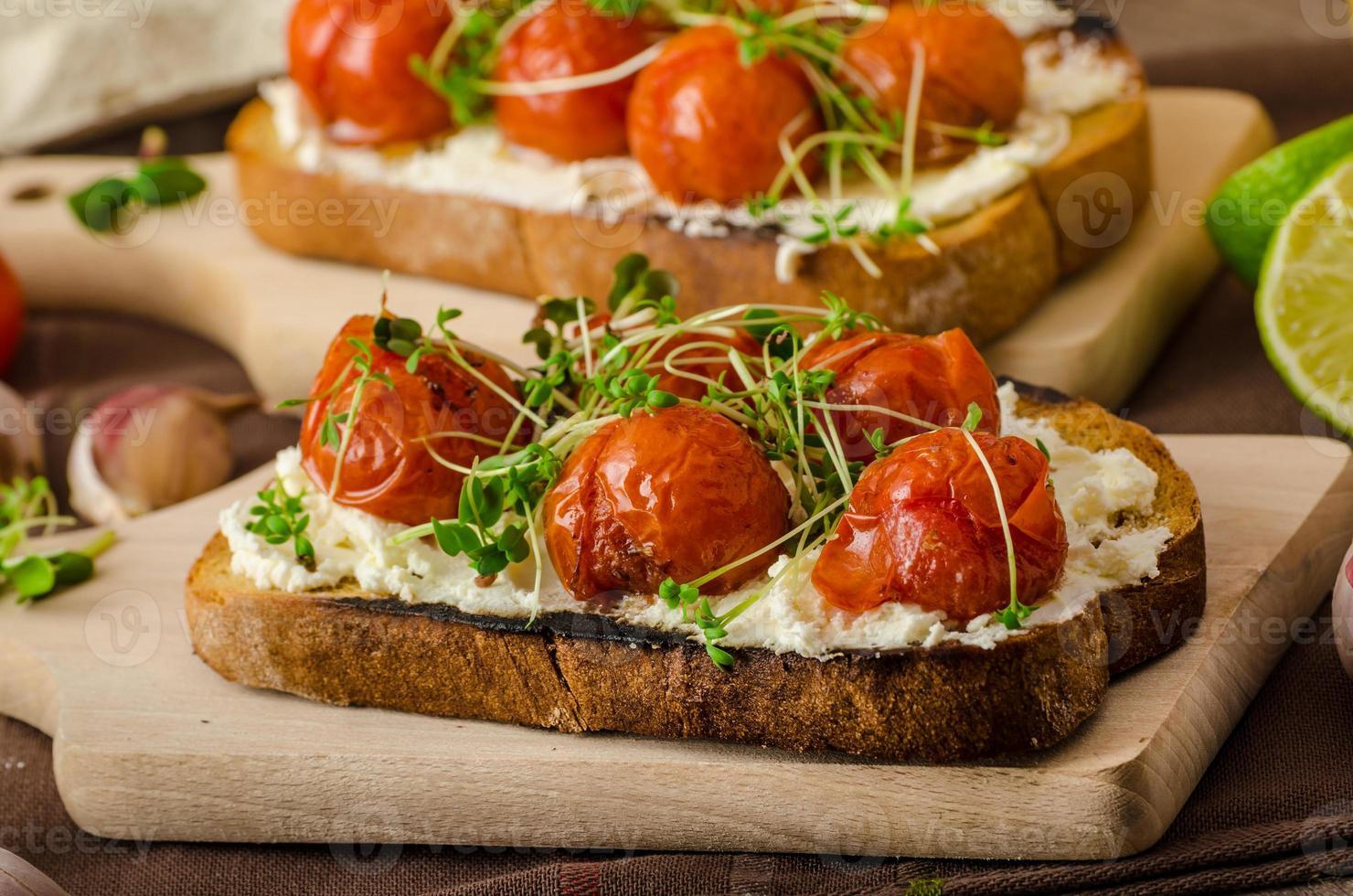 salsa di pomodorini arrosto e ricotta su pane tostato foto