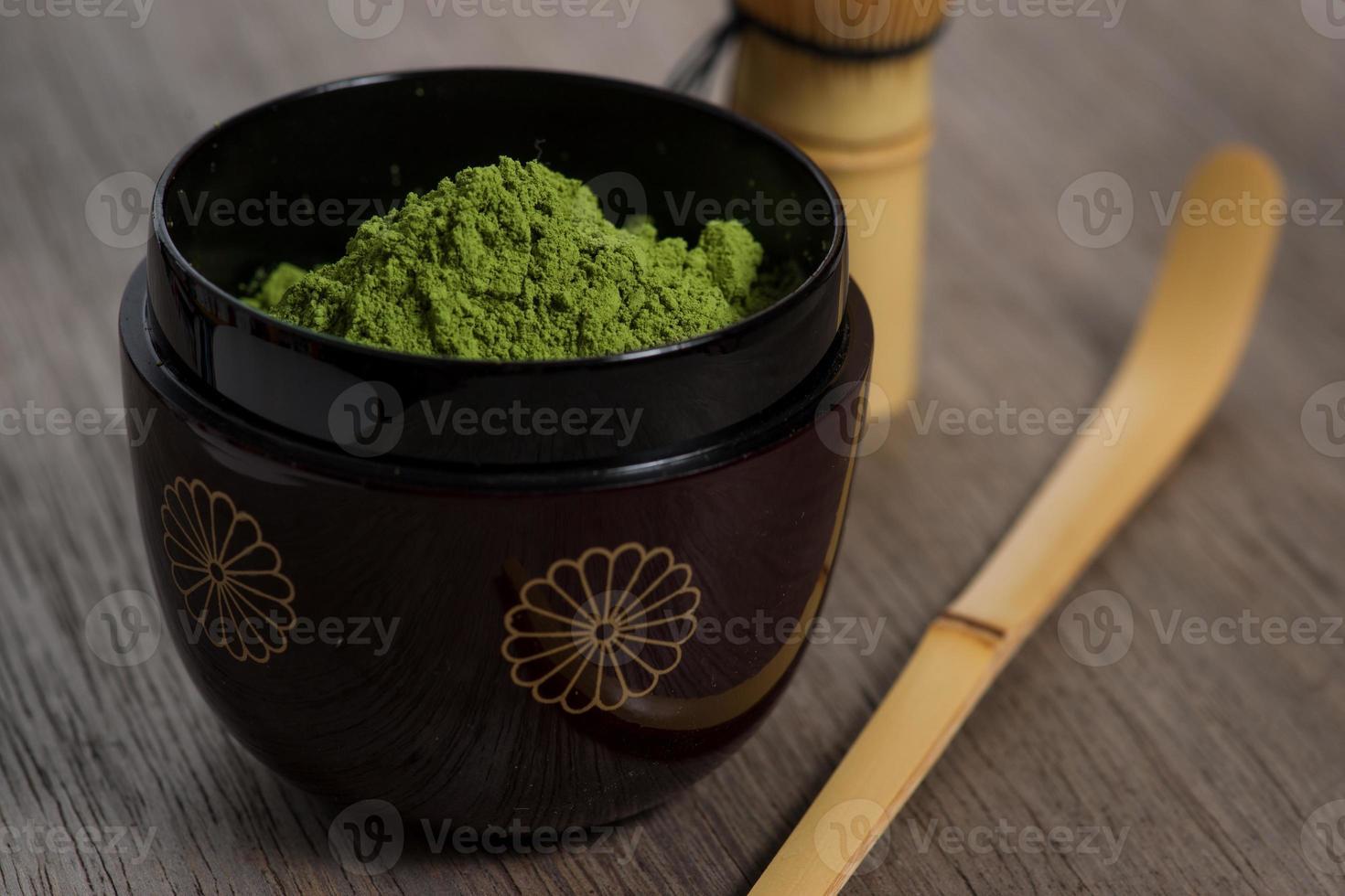impostazione di cerimonia del tè giapponese su panca di legno. foto