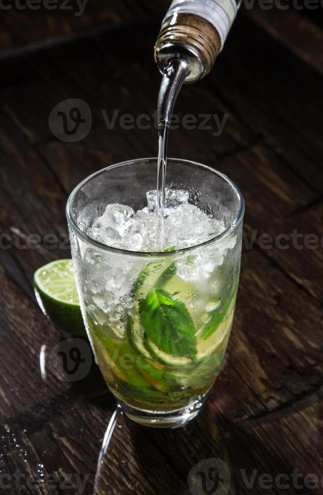 versando un cocktail nel bicchiere foto