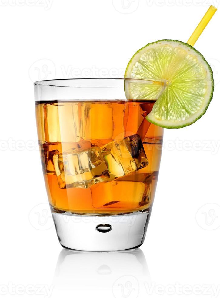 cocktail in bicchiere con una fetta di lime foto