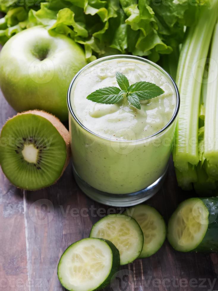 frullato verde, frutta e verdura foto