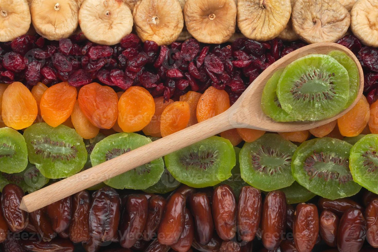 cucchiaio di legno con kiwi foto