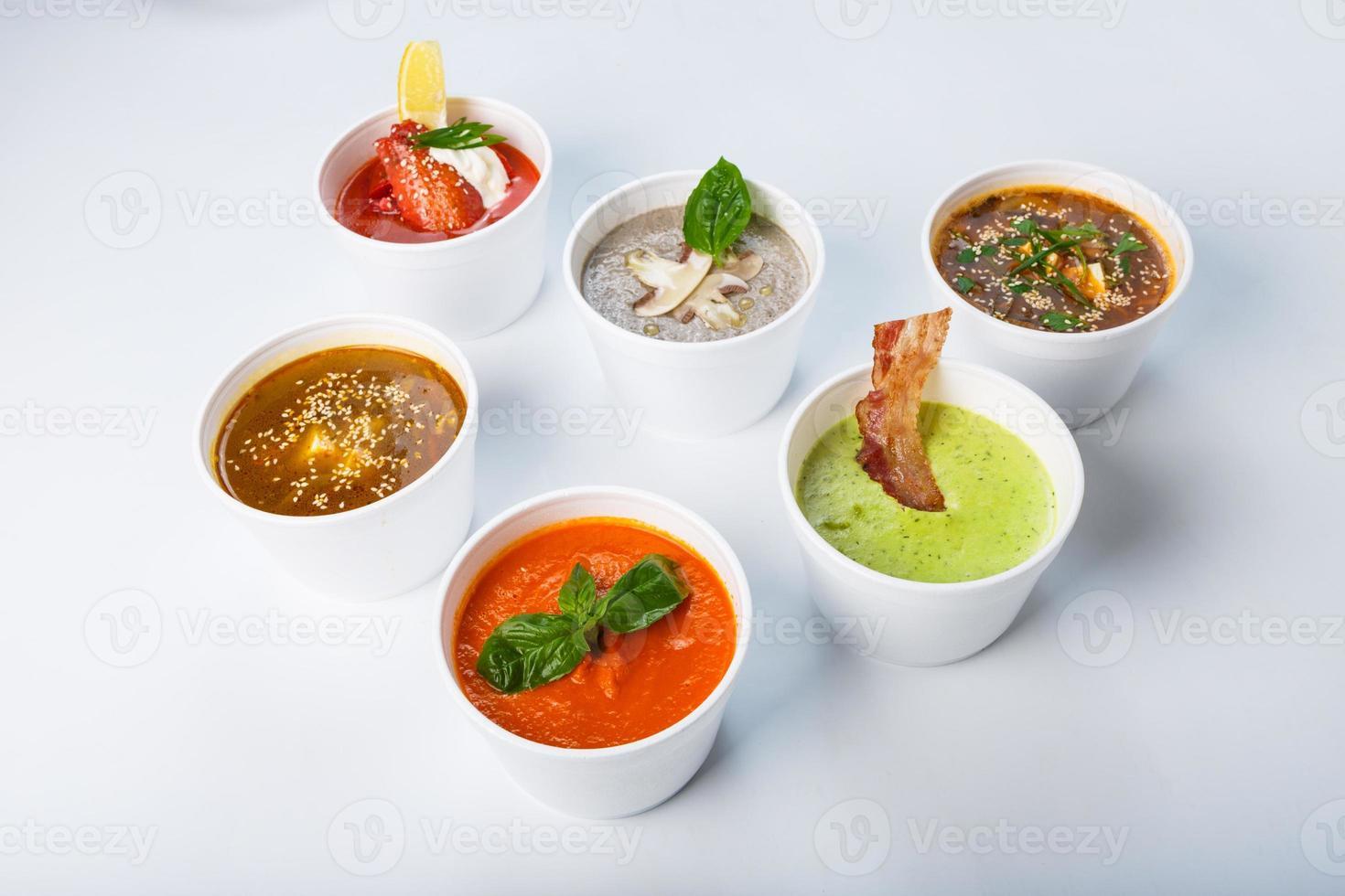 varietà di zuppe di diverse cucine foto