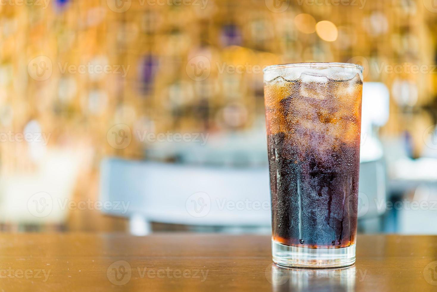 bicchiere di cola su sfondo bokeh foto