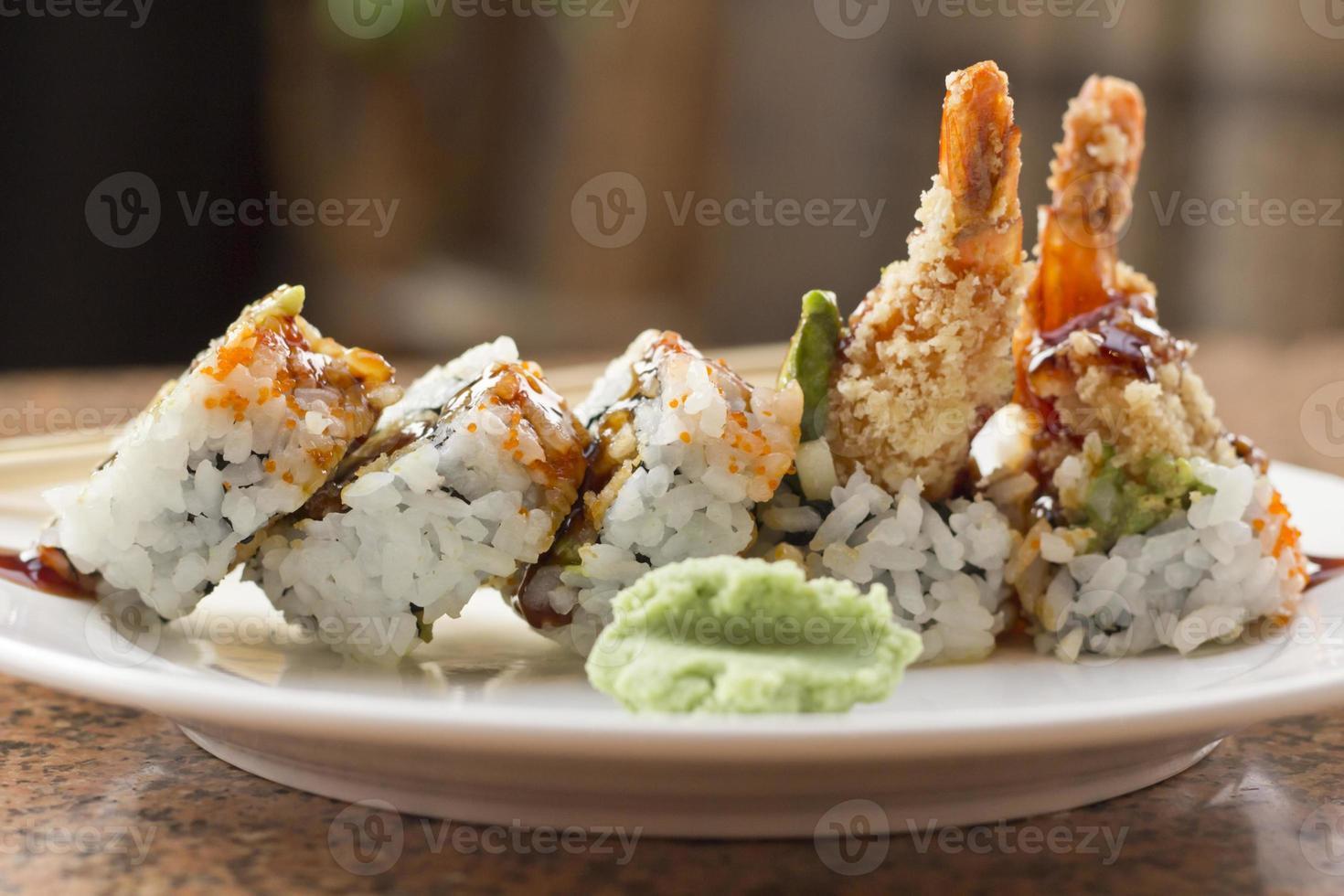 rotolo di sushi di tempura avocado di gamberetti foto