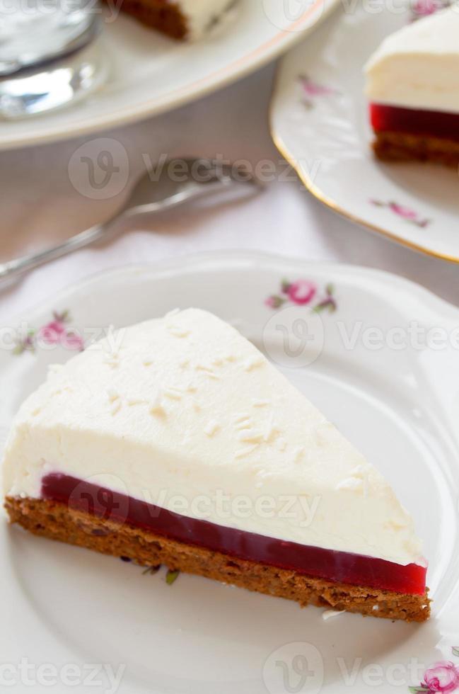 torta soufflé con gelatina di bacche e biscotto al cioccolato foto