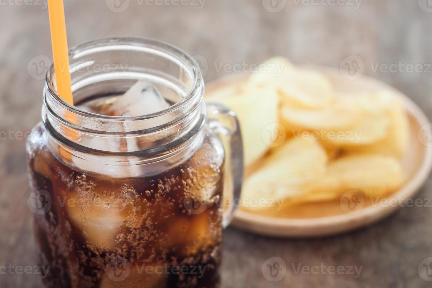 cola ghiacciata con patatine fritte foto