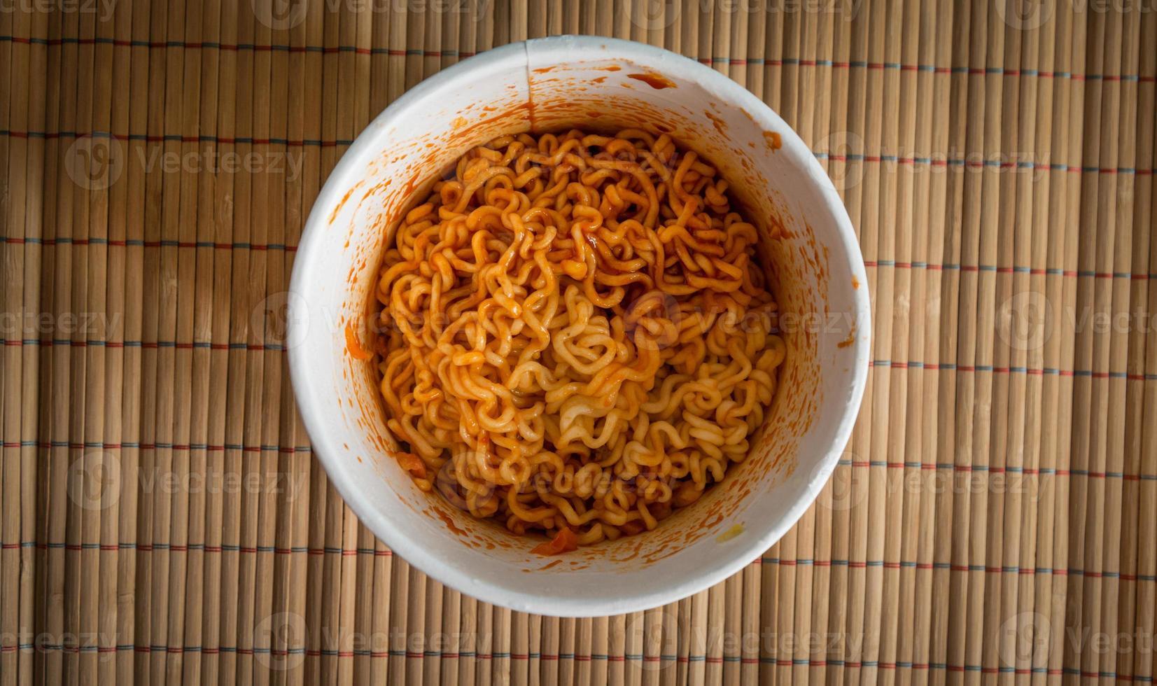 ciotola di ramen noodles. foto