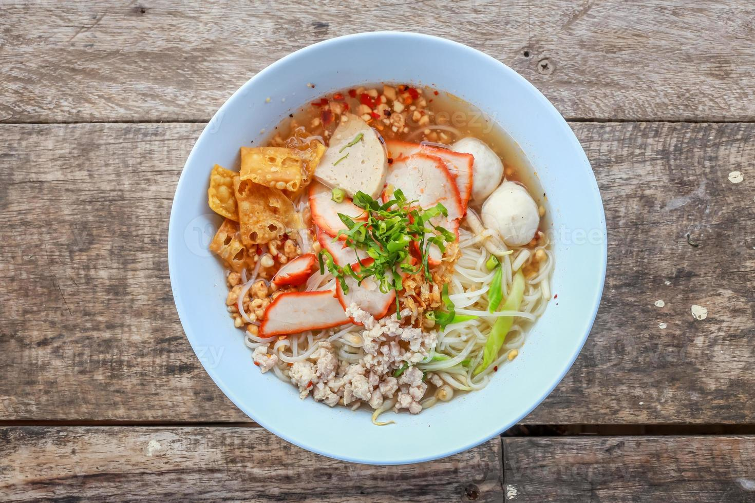noodle tom yum con carne di maiale foto