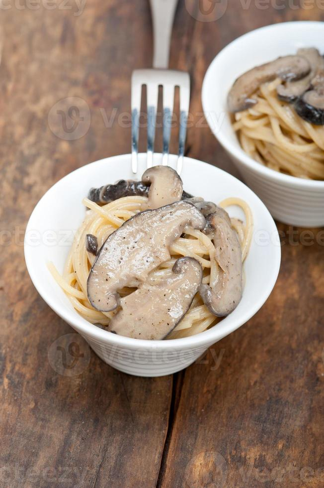 spaghetti e funghi italiani foto