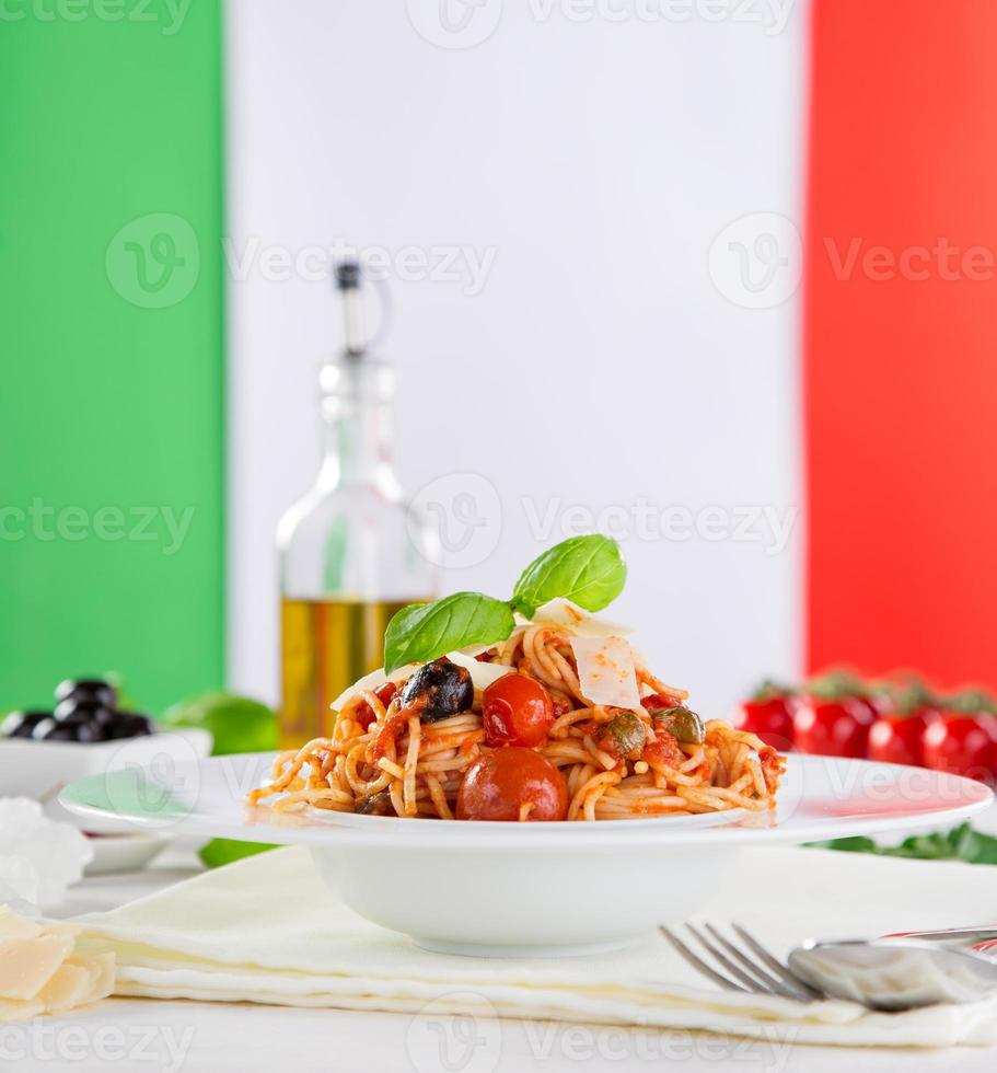 pasta italiana con pomodoro foto