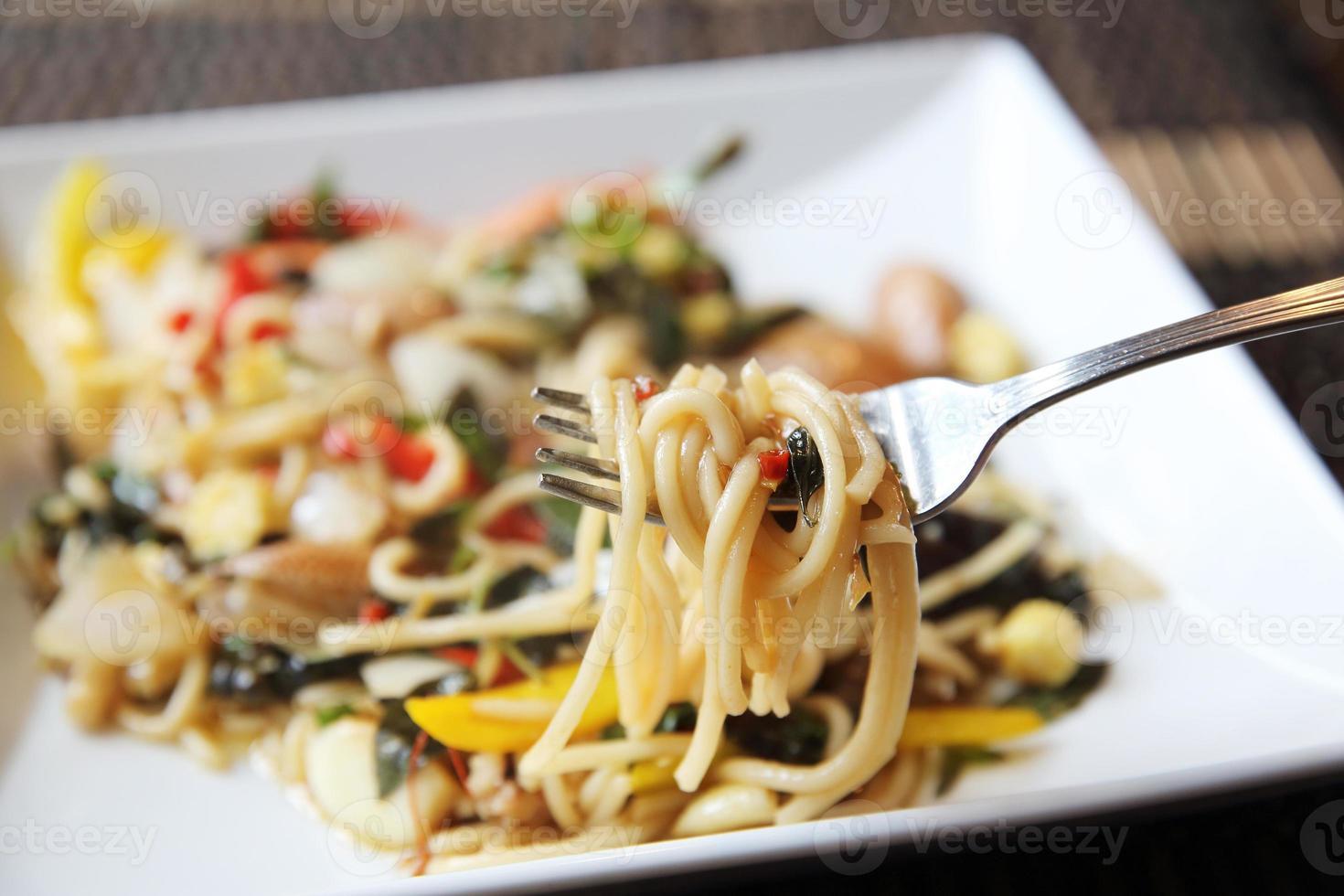 stile tailandese dei frutti di mare piccanti degli spaghetti foto