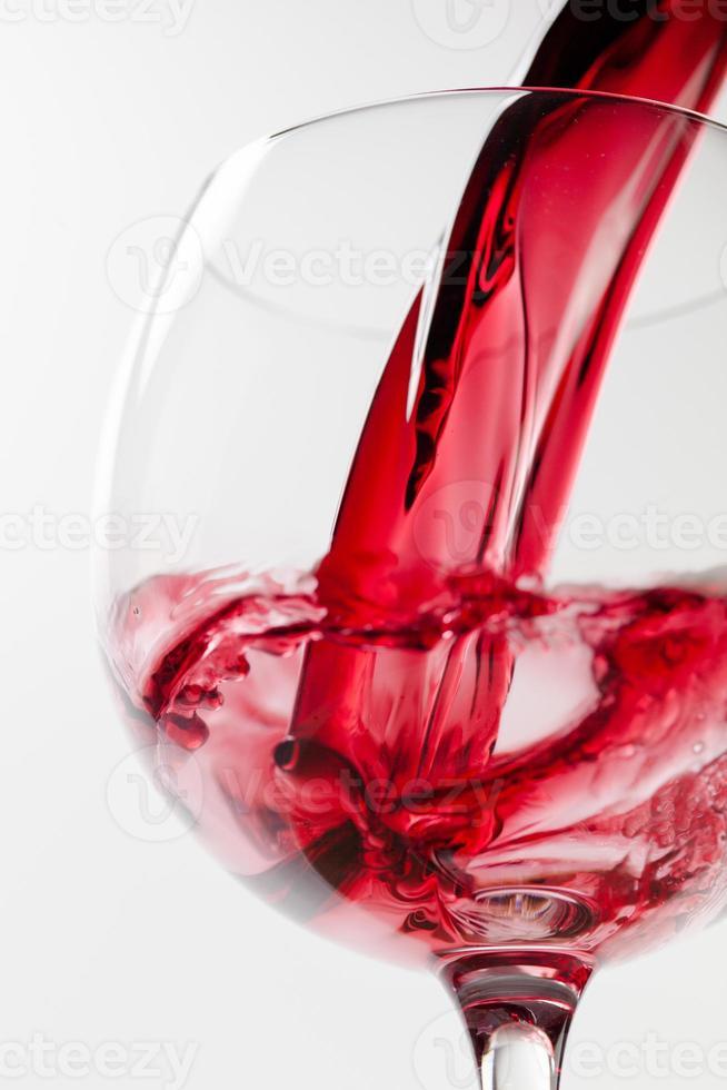 bicchiere di vino su sfondo bianco foto