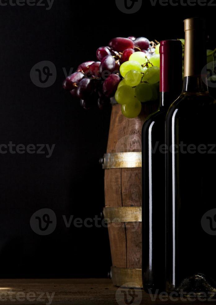 vino rosso e bianco su fondo di legno foto