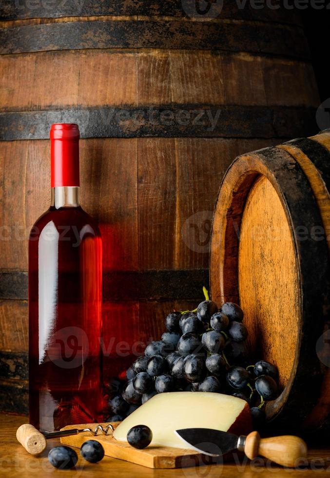 bootle del vino rosato su fondo di legno foto