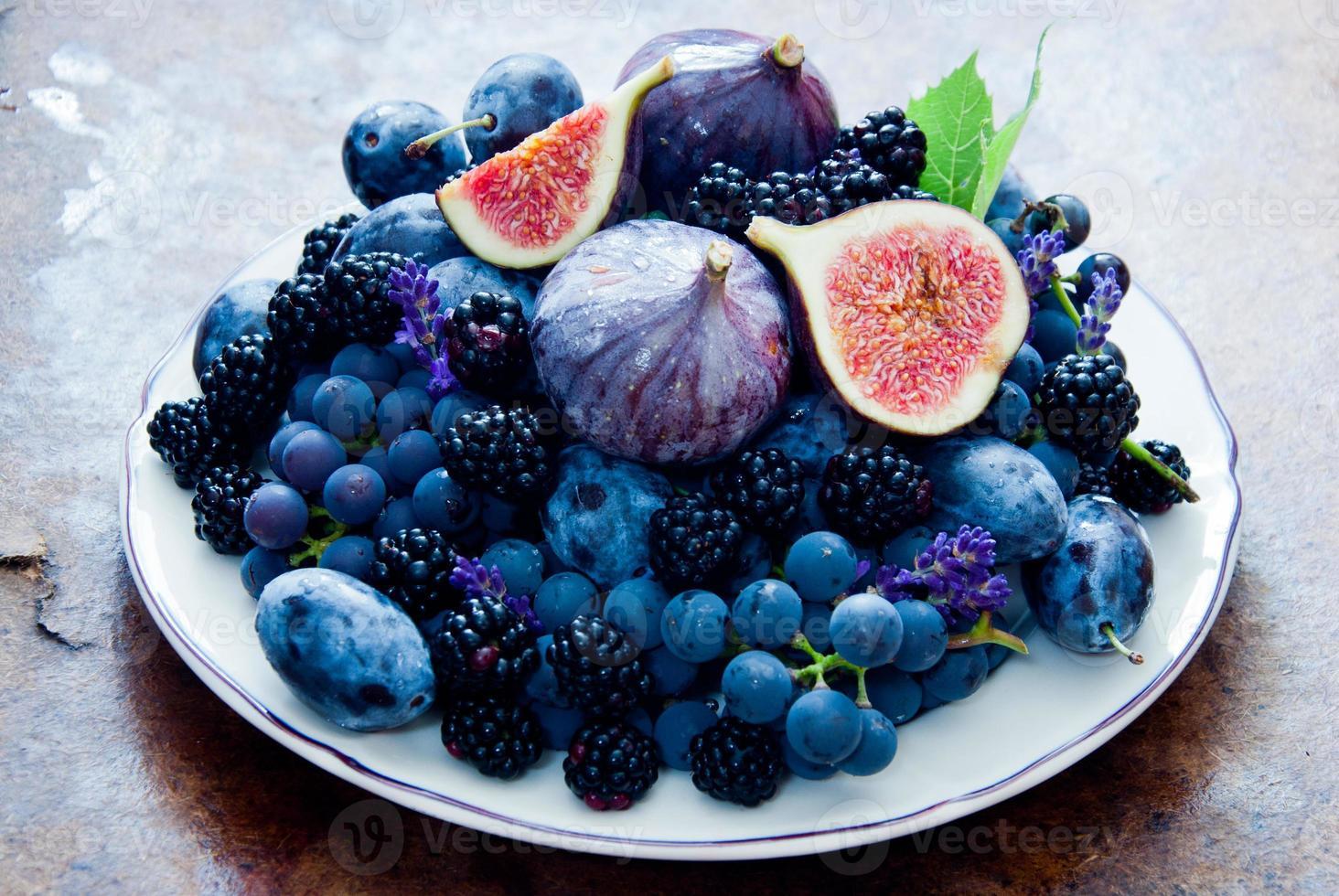 fichi freschi, uva, prugne secche e rugiada foto