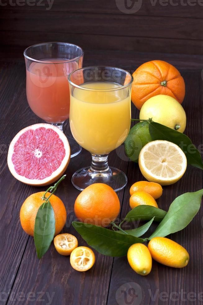 succo di frutta fresca mix di frutta, bevande salutari sul tavolo di legno foto