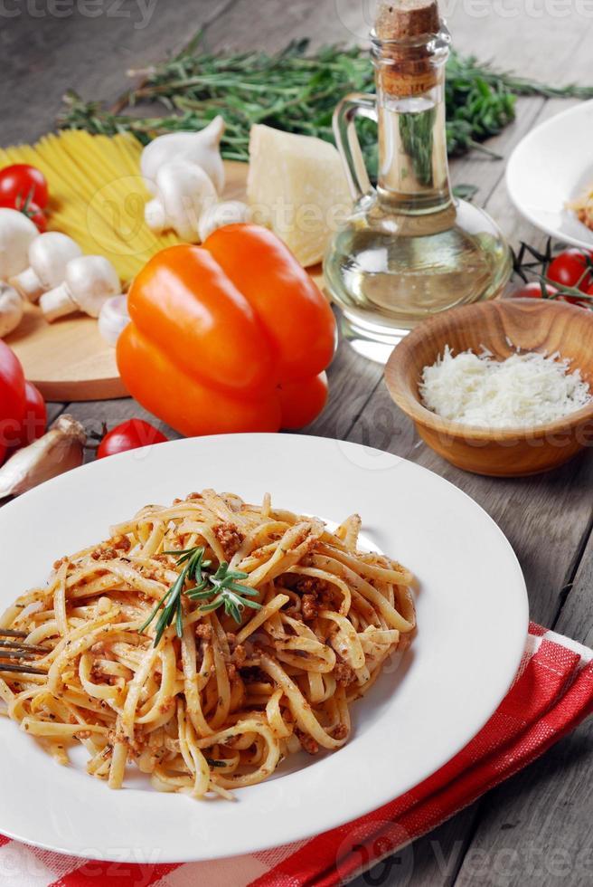 pasta alla bolognese sul tavolo di legno foto