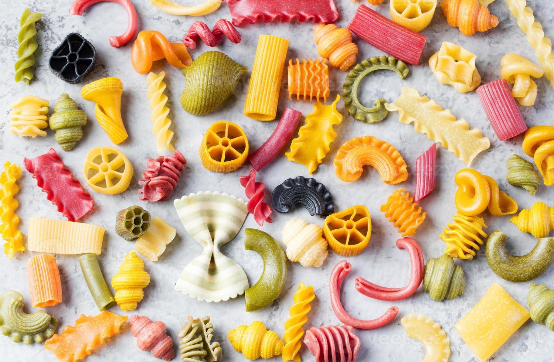 diverso spazio di copia di varietà di pasta fatta a mano colorato foto