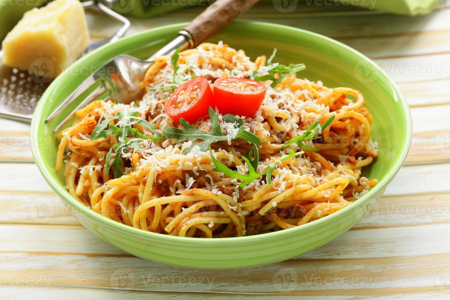 pasta tradizionale con salsa di pomodoro spaghetti alla bolognese con parmigiano foto
