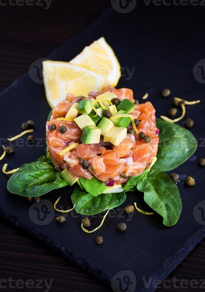 tartare di salmone e avocado foto