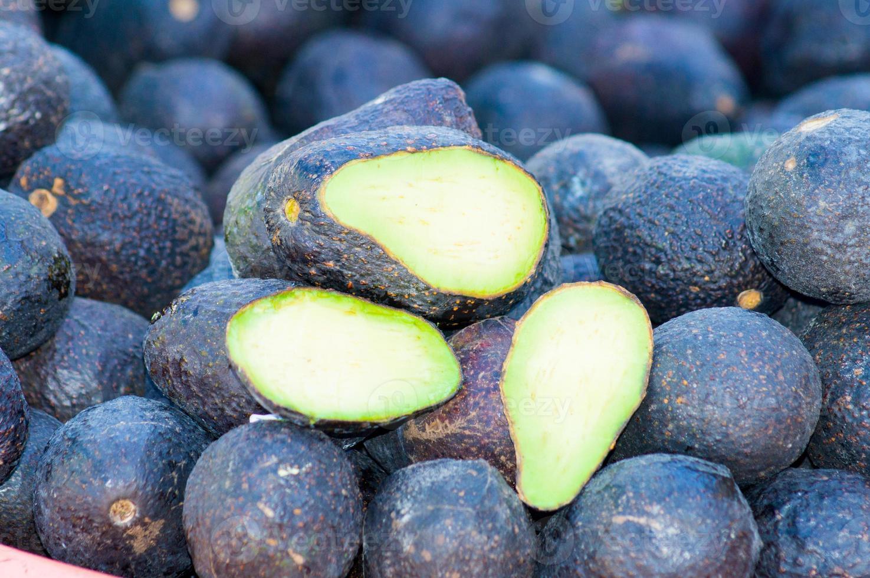 varietà di avocado haas accatastate. foto