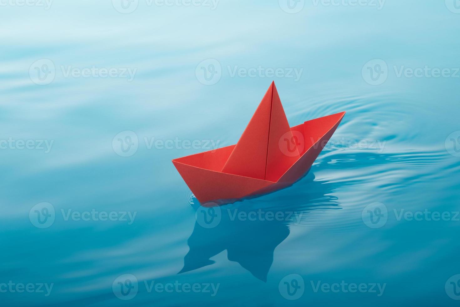 navigazione in barca di carta foto