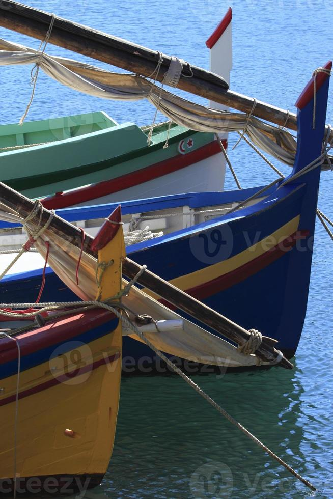 proues - barques catalanes - collioure, francia foto