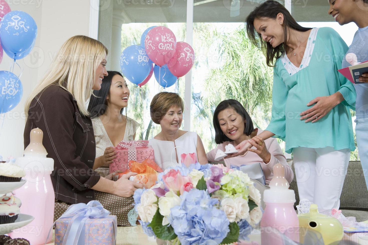 amici alla baby shower foto
