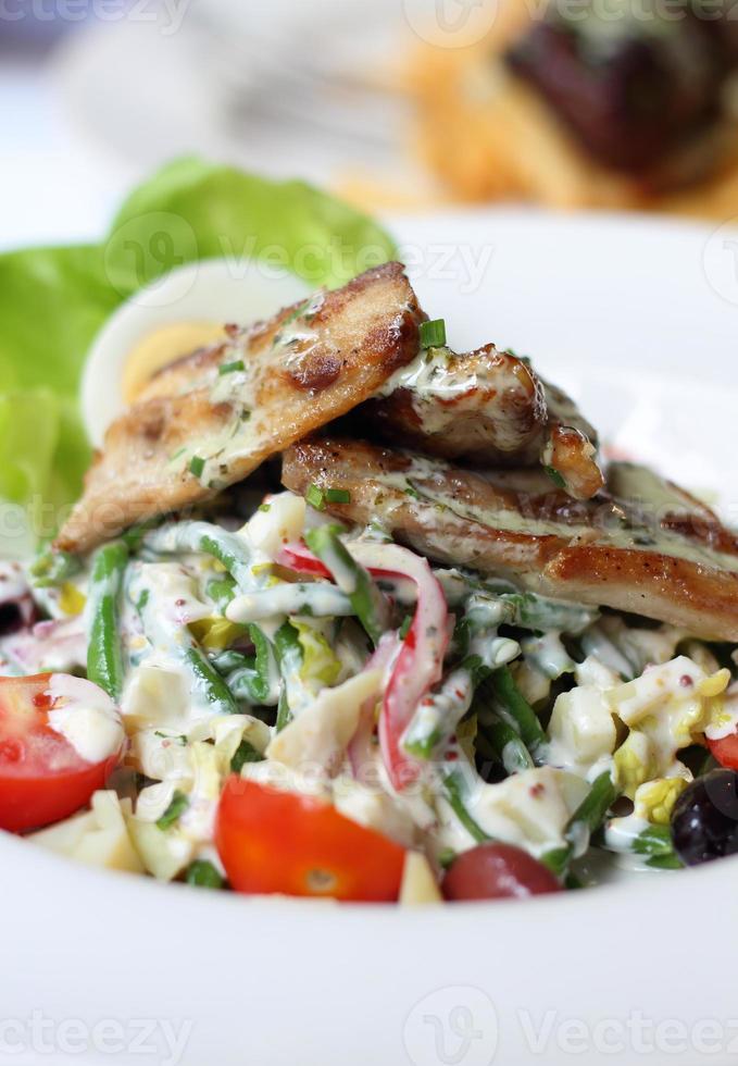 filetto di pesce con insalata foto