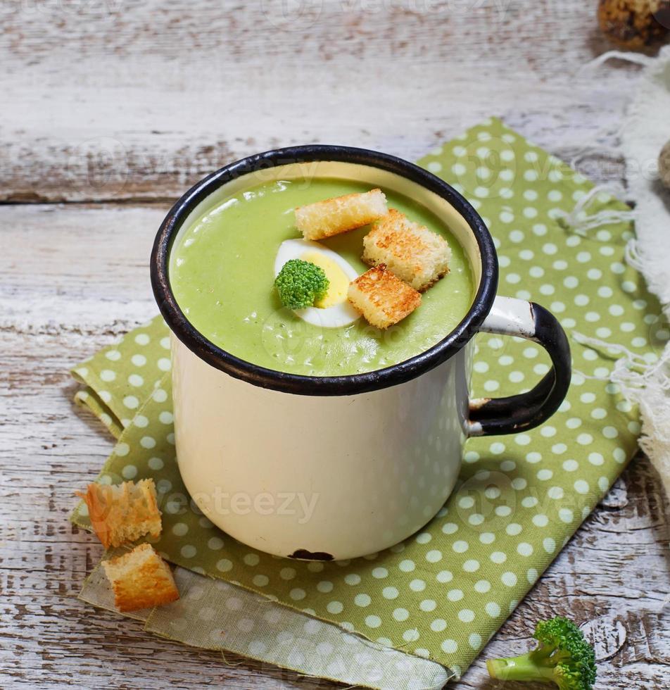 crema di broccoli verdi con crostini di pane foto