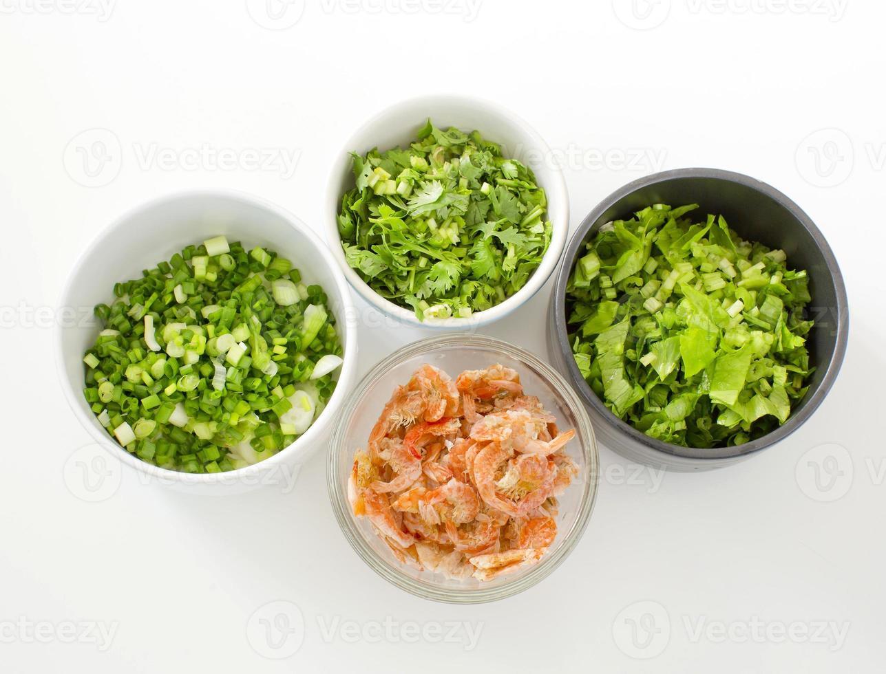 sedano tritato, cipollotto, prezzemolo e gamberi salati secchi foto