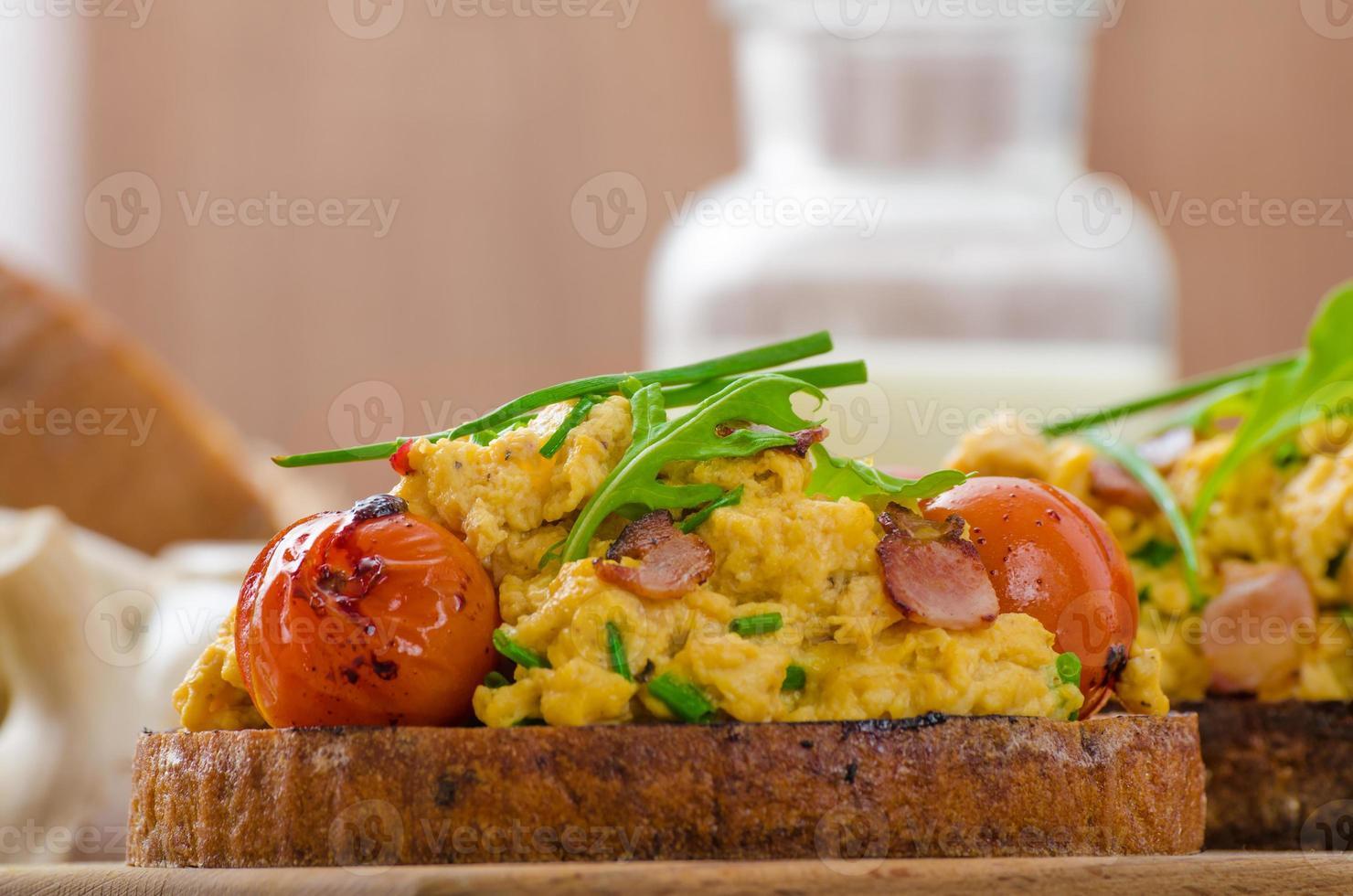 uova strapazzate strega pancetta, erbe e pomodoro foto