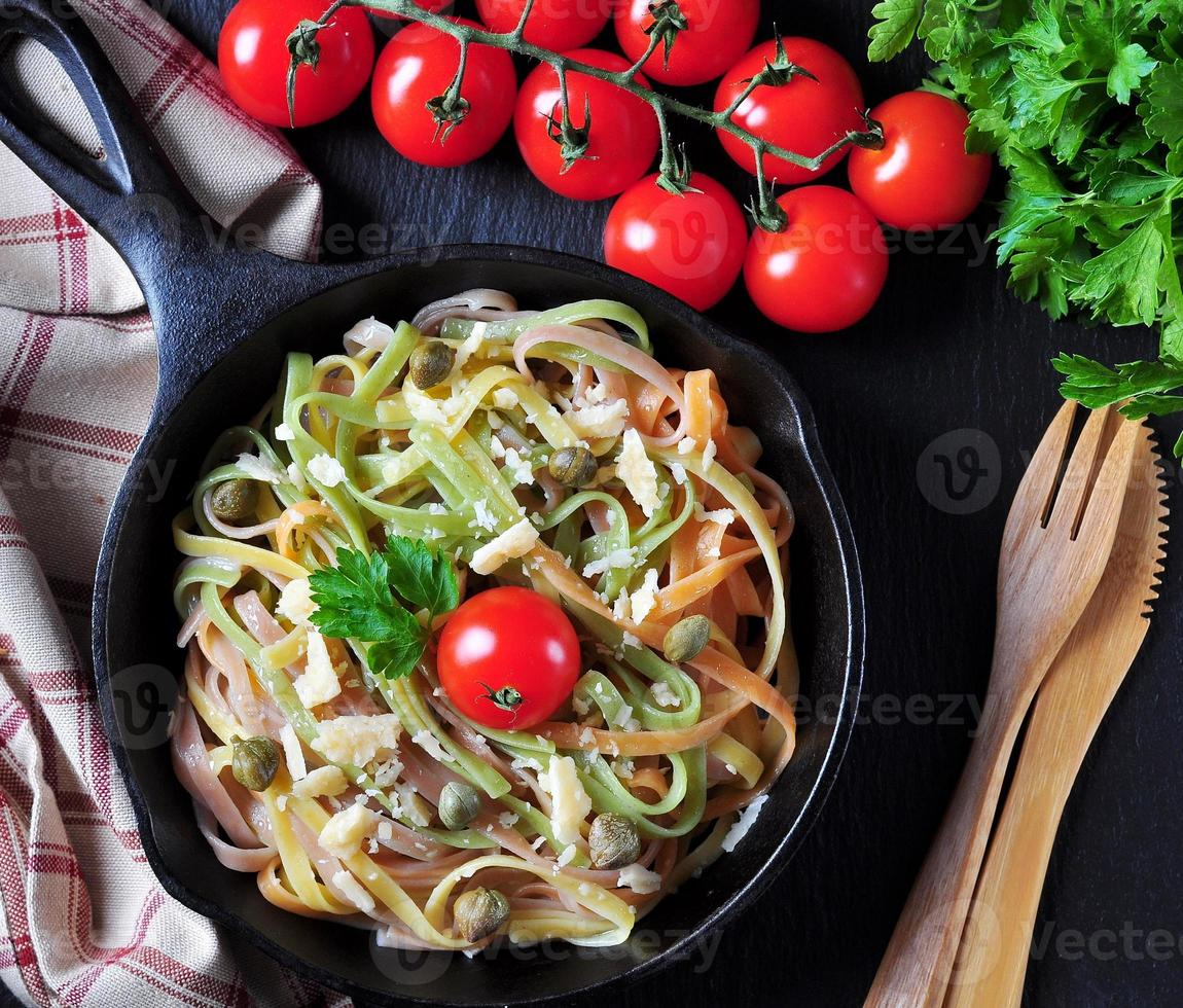 pasta vegetariana con spinaci, carote, barbabietole, formaggio foto