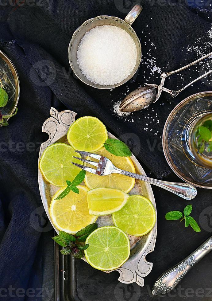 tè alla menta con lime e limone foto