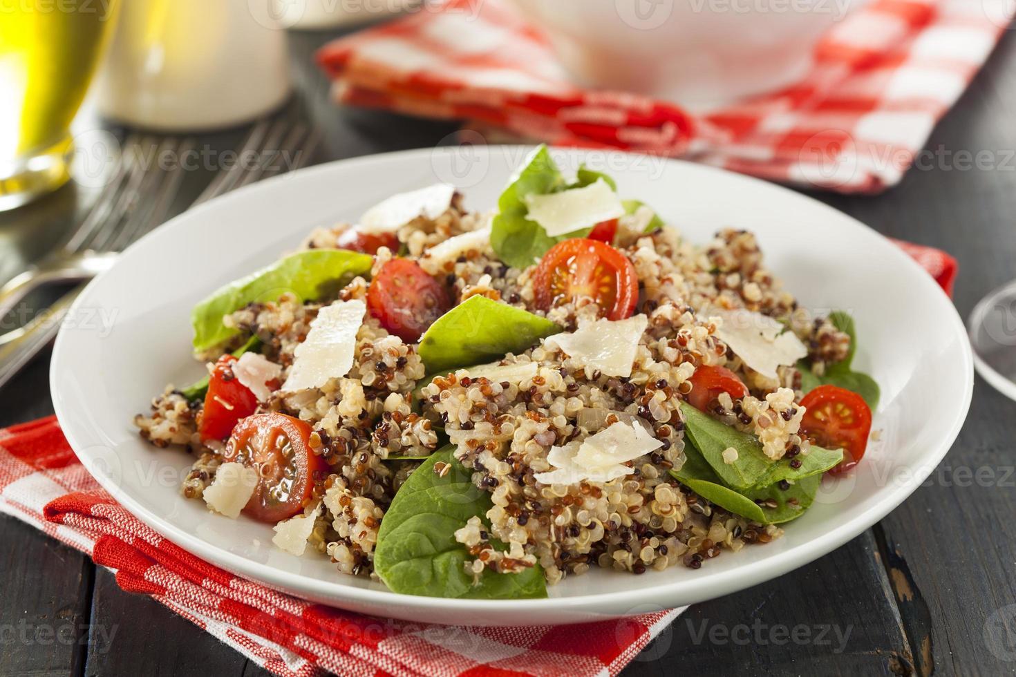 insalata di quinoa vegetariana salutare foto