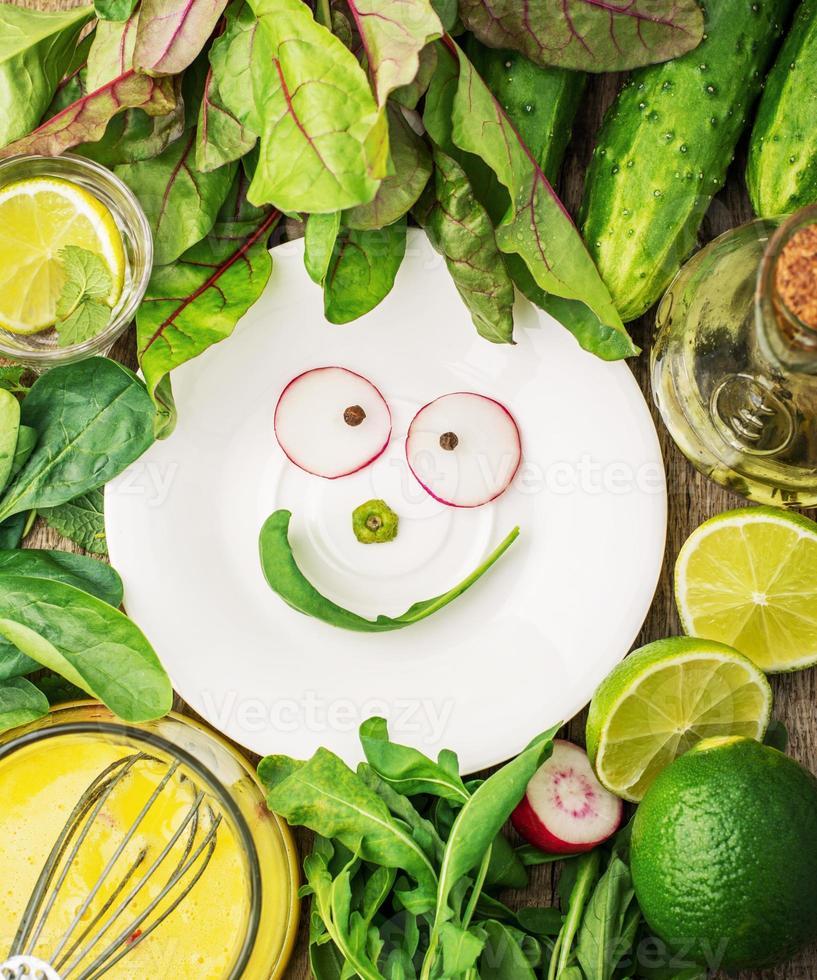 varie verdure ed erbe primaverili insieme a un semplice condimento a casa foto