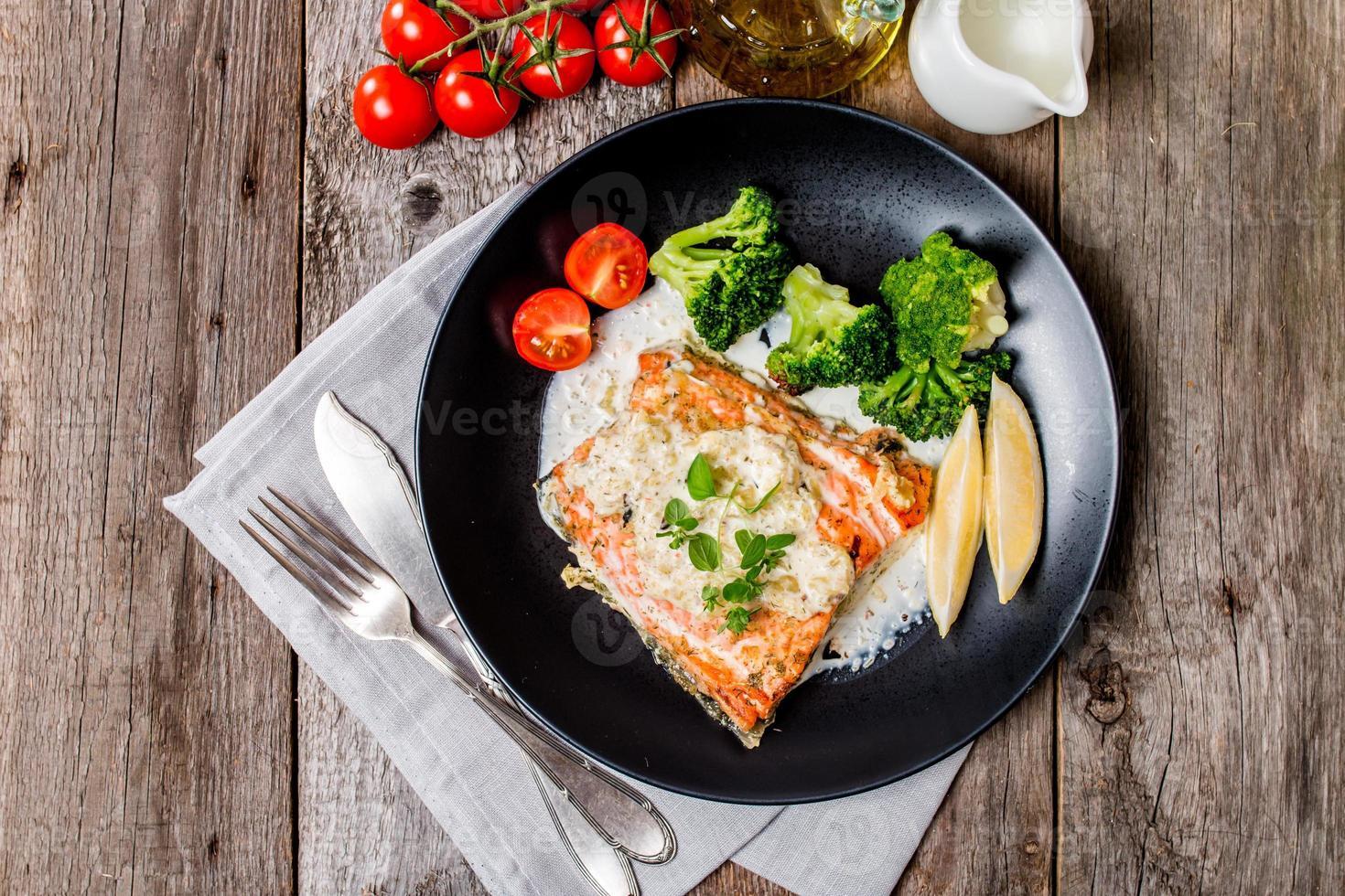 trancio di salmone alla griglia con salsa di panna foto