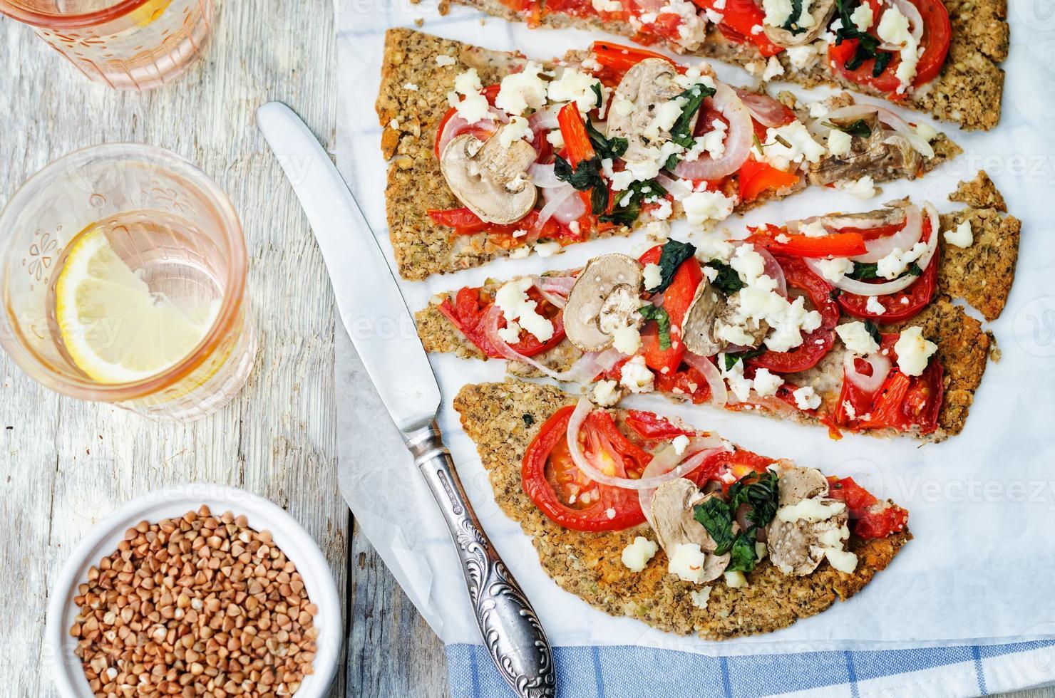 crosta di pizza con semi di chia grano saraceno con funghi, pomodoro foto