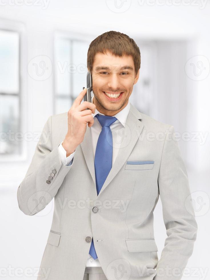 bell'uomo con il cellulare foto