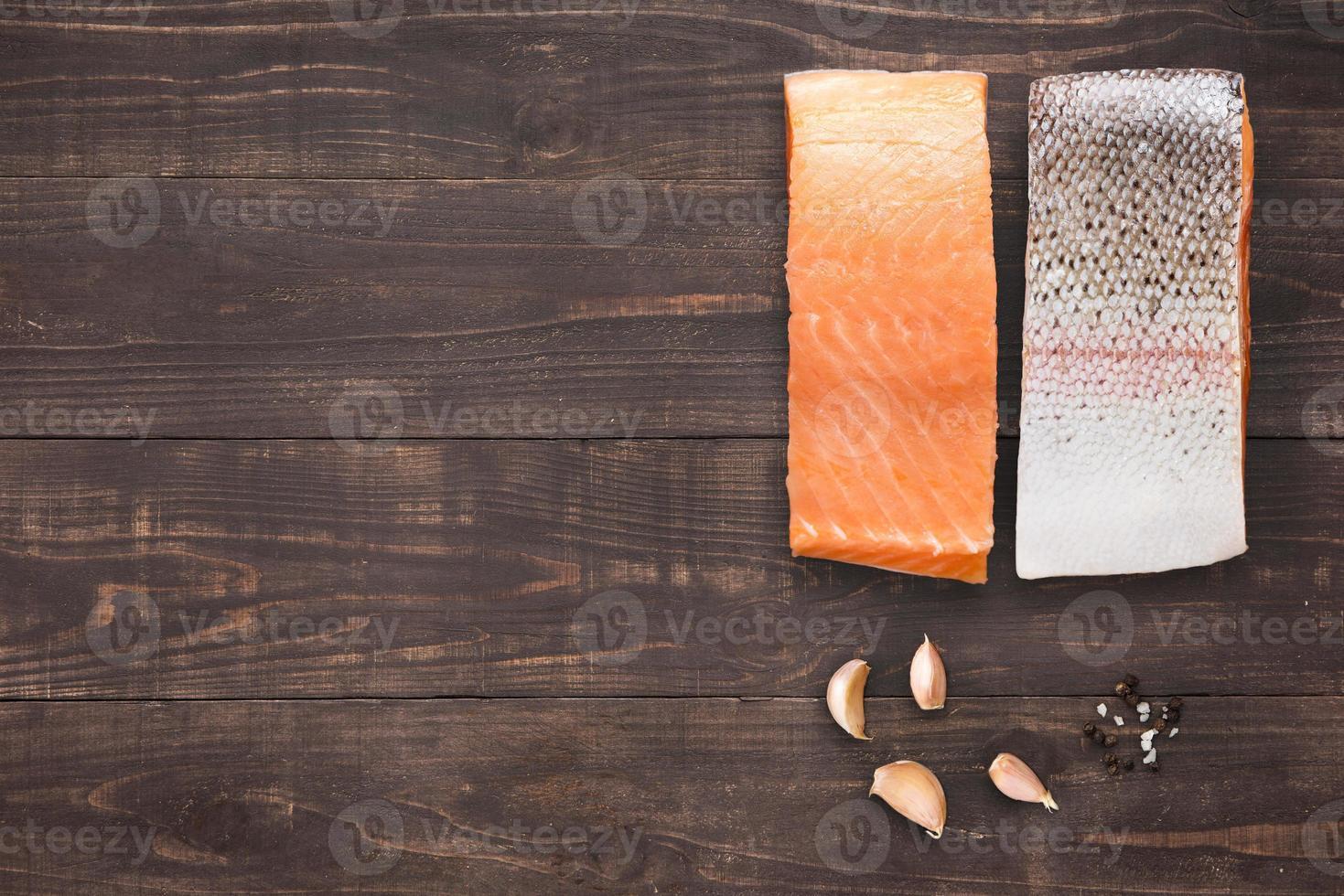 salmone con aglio su fondo di legno foto