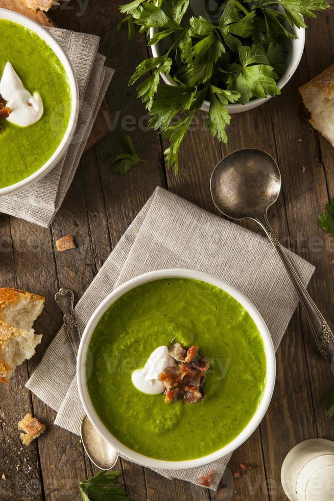 zuppa di piselli primavera verde fatta in casa foto