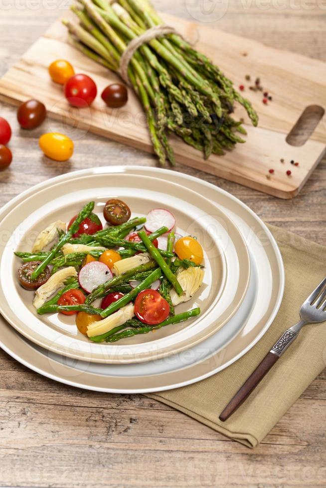 asparagi arrostiti e insalata di carciofi foto