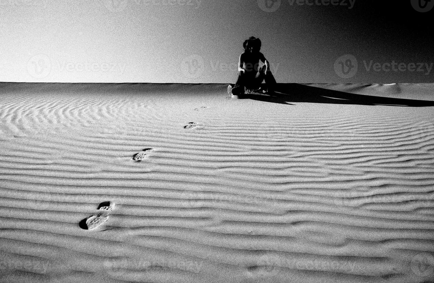 donna nelle dune della Death Valley foto