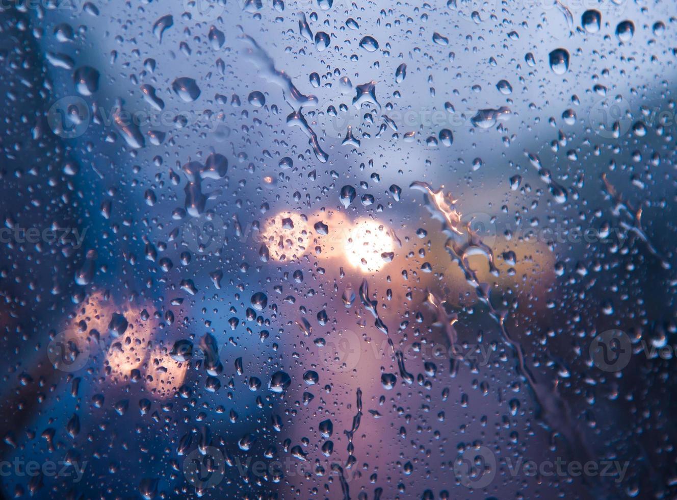 gocce d'acqua sul vetro con bokeh foto
