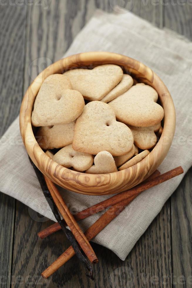 biscotti del cuore per San Valentino in ciotola verde oliva sul tavolo foto